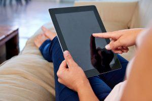 woman_reading_marketing_blog_on_ipad,_betsy_kent,_3ofmyfavoritemarketingblogs_bevisible.co